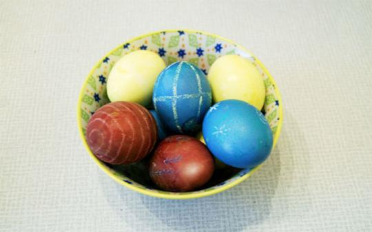 How to dye your eggs naturally.